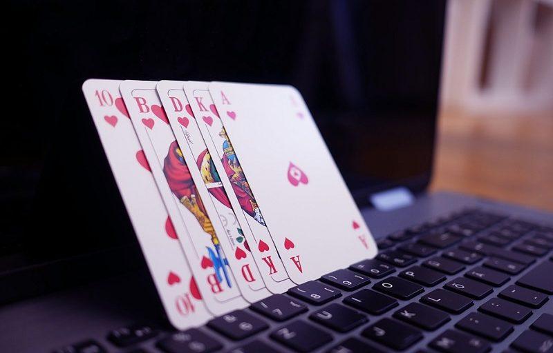 """Zalety stosowania strategii """"sitting late"""" w turniejach online"""
